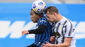 Striker Atalanta, Luis Muriel, duel udara dengan berebut bola dengan bek Juventus, Matthijs De Ligt, pada laga Liga Italia di Stadion Atleti Azzurri d'Italia, Minggu (18/4/2021). Atalanta menang dengan skor 1-0. (AFP/Marco Bertorello)
