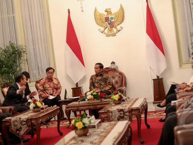 Presiden Joko Widodo menerima rombongan Parlemen Jepang di Istana Merdeka, Jakarta, Senin (4/5/2015). Pertemuan tersebut untuk meningkatan hubungan antara Jepang dan Indonesia terutama bidang bisnis, ekonomi dan pertanian. (Liputan6.com/Faizal Fanani)