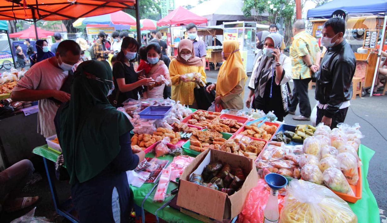 Pembeli memilih makanan untuk berbuka puasa (takjil) di kawasan Pasar Lama, Kota Tangerang, Selasa (20/4/2021). Bulan Ramadhan, membuat sejumlah pedagang takjil musiman bermunculan dan menawarkan aneka makanan dan minuman untuk umat Islam yang menjalankan puasa. (Liputan6.com/Angga Yuniar)