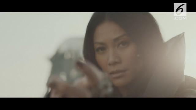 Anggun jadi penyanyi pertama asal Indonesia yang lagunya sukses menembus Top 10 Billboard.