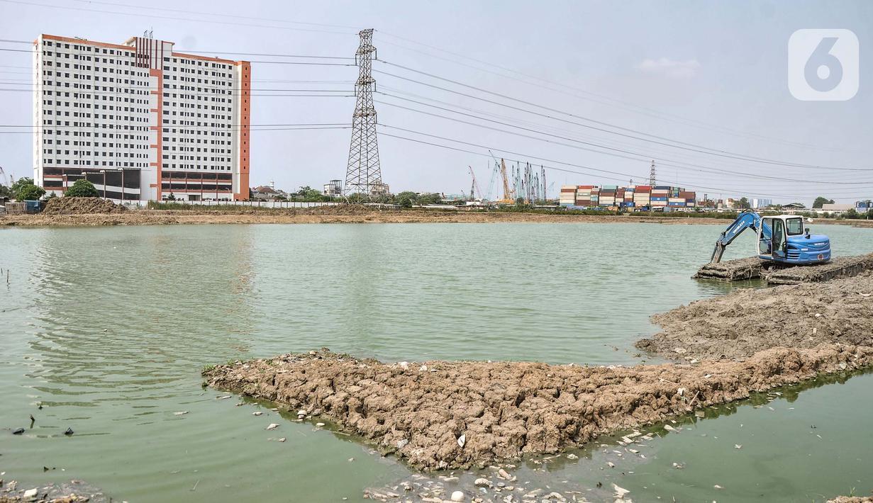 Petugas SDSDA menggunakan ekskavator mengerjakan pembangunan Waduk Belibis, Semper Barat, Cilincing, Jakarta Utara, Rabu (13/10/2021). Progres pembangunan Waduk Belibis yang dibangun sejak Oktober 2020 sebagai upaya pengendalian banjir telah mencapai 80 persen. (merdeka.com/Iqbal S. Nugroho)