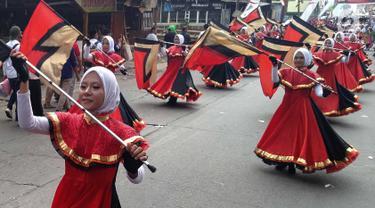 Peserta mengibarkan bendera saat mengikuti pawai taaruf Musabaqah Tilawatil Quran (MTQ) tingkat Kota Tangerang Selatan di Alam Sutera, Serpong Utara, Senin (9/9/2019). Pawai taaruf ini diikuti kecamatan se-Kota Tangerang Selatan. (merdeka.com/Arie Basuki)