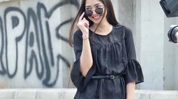 Menggunakan pakaian serba hitam, ditambah aksesori kacamata hitam, wanita kelahiran Malang ini tampak sangat memukau. Dengan senyumannya membuat aura kecantikannya semakin terpancar. (Liputan6.com/IG/@ririndwiariyanti)