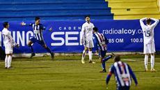 Pemain Alcoyano, Juanan, melakukan selebrasi usai mencetak gol ke gawang Real Madrid pada laga Copa del Rey di Stadion El Collao, Rabu (20/1/2021). Real Madrid takluk dengan skor 2-1. (AP/Jose Breton)