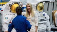 Ivanka Trump mendengarkan penjelasan astronot Nicole Mann di  kantor NASA di Johnson Space Center, AS (20/9). Ivanka juga berkesempatan berbincang dengan para awak stasiun ruang angkasa melalui sambungan telepon. (Brett Coomer/Houston Chronicle via AP)