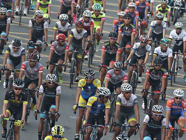 Tim balap sepeda dari dalam dan luar negeri adu kecepatan dalam even Tour de Jakarta 2016, Sabtu (30/7). Tour de Jakarta merupakan balapan di tengah kota dengan jarak tempuh 175,5 km yang terbagi dalam 13 putaran. (Liputan6.com/Immanuel Antonius)