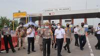 Dirjen Perhubungan Udara Novie Riyanto memonitor langsung pelaksanaan pengendalian transportasi di Posko Terpadu Tol Pejagan Kabupaten Brebes (dok: Kemenhub)