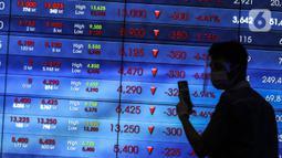 Karyawan berjalan di depan layar Indeks Harga Saham Gabungan (IHSG) di Bursa Efek Indonesia, Jakarta, Jumat (22/1/2021). Indeks acuan bursa nasional tersebut turun 96 poin atau 1,5 persen ke 6.317,864. (Liputan6.com/Johan Tallo)