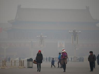 Kabut asap menyelimuti Lapangan Tiananmen, Beijing, Rabu (15/1/2015). (REUTERS/Kim Kyung-Hoon)