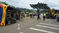 Kecelakaan bus Pariwisata di Tanjakan Selarong, Megamendung, Puncak, Kabupaten Bogor. (Liputan6.com/Achmad Sudarno)