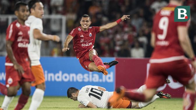 Bek Persija Jakarta, Rezaldi Hehanussa, menghindari tekel gelandang Borneo FC, Srdan Lopicic, pada laga Liga 1 di SUGBK, Jakarta, Sabtu (14/4/2018). Persija menang 2-0 atas Borneo FC. (Bola.com/Vitalis Yogi Trisna)
