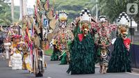 Model membawakan busana dalam Jember Fashion Carnaval (JFC) di Lippo Karawaci, Tangerang, Banten, Sabtu (23/11/2019). Acara dengan menghadirkan 80 kostum unik merupakan rangkaian Lippo Village Festival 2019 mengusung tema Tribal Grandeur. (Liputan6.com/Fery Pradolo)