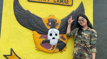 Annisa Pohan baru-baru ini mengunggah foto dirinya saat menyambangi Yonif PR 305/Tengkorak. Annisa mengungkapkan, ia bersilaturahmi dengan para alumni senior dan mantan anggota Yonif PR. Sehingga pada acara tersebut, ia mengenakan baju tentara. (Liputan6.com/IG/@annisayudhoyono)