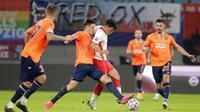Pemain RB Leipzig,  Hwang Hee-chan, berusaha melewati pemain Basaksehir pada laga Liga Champions di Stadion RB Arena, Rabu (21/10/2020). RB Leipzig menang dengan skor 2-0. (AP/Markus Schreiber)