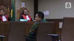 Asisten pribadi mantan Menpora Imam Nahrawi, Miftahul Ulum menjalani sidang dakwaan di Pengadilan Tipikor Jakarta, Kamis (30/1/2020). Miftahul didakwa menjadi perantara suap Rp 11,5 miliar dari mantan Sekjen KONI Ending Fuad Hamidy dan mantan Bendahara KONI Johnny E Awuy. (Liputan6.com/Angga Yuniar)