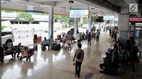 Calon penumpang menunggu jadwal keberangkatan di Bandara Halim Perdanakusuma, Jakarta, Rabu (13/2). Jumlah penumpang di jalur penerbangan domestik Bandara Halim menurun sebesar  18,38 persen sejak kenaikan harga tiket pesawat (Merdeka.com/Iqbal S Nugroho)
