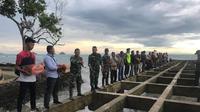 Personel TNI memberikan bantuan untuk korban tsunami Selat Sunda (foto: dokumentasi Kodam Siliwangi)
