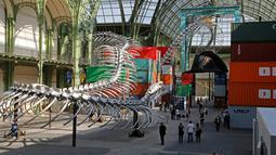 Pengunjung saat menikmati pameran Monumenta di Grand Palais, Paris , Prancis , 8 Mei 2016. Pria 62 tahun ini juga menjadi seniman berpengaruh di tanah Prancis. (REUTERS / Jacky Naegelen)