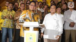 Ketua Umum Partai Golkar Airlangga Hartarto (kiri depan) bersama Ketua Umum Partai Gerindra, Prabowo Subianto saat memberi keterangan bersama usai melakukan pertemuan di Jakarta, Selasa (15/10/2019). Pertemuan membahas sejumlah masalah politik dan ekonomi Tanah Air. (Liputan6.com/Helmi Fithriansyah)