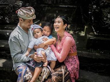 Happy Salma dan suami serta 2 anaknya  (Liputan6.com/IG/HappySalma)