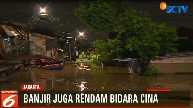 Sebagian warga bahkan ada yang nekat mengevakuasi barang mereka meski harus menerjang banjir hingga mencapai leher.