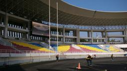 Tribune selatan Stadion Manahan, yang sudah dilengkapi layar lebar sekaligus papan skor elektronik. (Bola.com/Vincentius Atmaja)