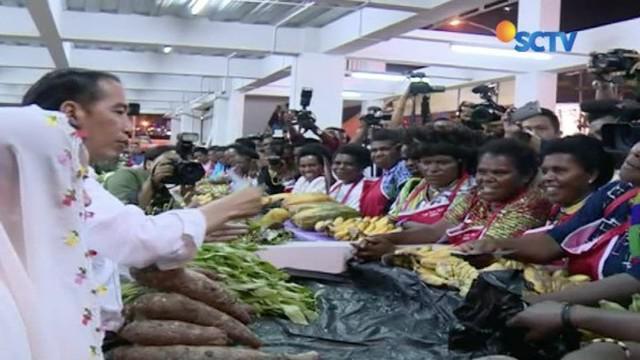 Berkunjung ke Jayapura, Papua, Presiden berkeliling melihat Pasar Mama-Mama, yang ide pembangunannya dulu dicetuskan oleh Presiden Jokowi.