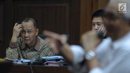 Terdakwa penerbitan SKL terhadap obligor BLBI, Syafruddin Arsyad Temenggung (kiri) saat menjalani sidang lanjutan di Pengadilan Tipikor, Jakarta, Rabu (6/6). Sidang mendengar keterangan saksi. (Liputan6.com/Helmi Fithriansyah)