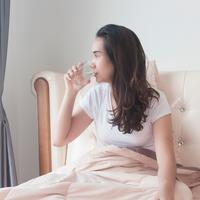 Minum air putih di pagi hari./Copyright shutterstock.com