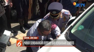 Bersama petugas Dishub, Wali Kota Bandung lakukan operasi cabut pentil pada ban kendaraan yang parkir sembarangan.