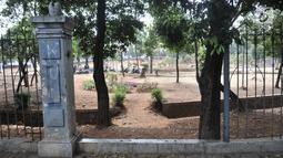 Kondisi pagar di Taman Jatinegara, Jakarta, Senin (16/9/2019). Kondisi ini membuat taman tersebut sepi pengunjung karena lebih banyak dihuni oleh PMKS dan pengamen. (merdeka.com/Iqbal S. Nugroho)