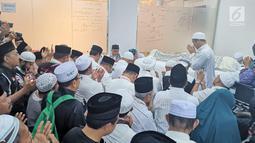 Ketua MPR Zulkifli Hasan (tengah) berdoa saat menghadiri persemayaman almarhum KH Maimun Zubair atau Mbah Moen di Daker Mekkah, Aziziah (6/8/2019). Mbah Moen meninggal pada usia 91 tahun. (Liputan6.com/HO/Andri)