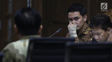 Gubernur nonaktif Jambi Zumi Zola mendengarkan keterangan saksi dalam sidang lanjutan perkara suap dan gratifikasi di Pengadilan Tipikor Jakarta, Kamis (10/10). Dalam sidang, Jaksa Penuntut Umum (JPU) menghadirkan 9 saksi. (Liputan6.com/Herman Zakharia)