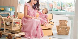 Shandy Aulia dikenal dengan gayanya yang feminin dan manis, ia pun mendandani putrinya Claire Herbowo dengan dress yang matching dengannya (Instagram @shandyaulia)