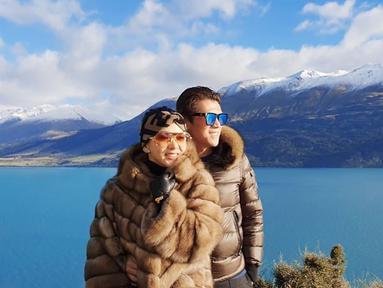 Syahrini dan Reino mengunjungi Lake Wakatipu sebagai salah satu lokasi untuk berlibur. Keduanya pun kompak menggunakan pakaian berwarna coklat. (Liputan6.com/IG/@princessyahrini)