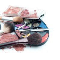 Hati-hati ladies dalam membeli kosmetik, jangan sampai kosmetik yang kamu beli ternyata illegal dan mengandung bahan-bahan berbahaya untuk kulit. (Foto: More Magazine)