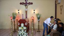 Keluarga dan kerabat menunggu jenazah Leobardo Vazquez, wartawan yang tewas di Gutierrez Zamora, Meksiko (22/3). Pada tahun 2017, sepuluh wartawan tewas terbunuh di negara Meksiko. (AP/Felix Marquez)