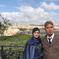 Pasangan selebriti Mulan Jameela dan Ahmad Dhani sedang menjalani wisata religi ke Jerusalem. Beberapa tempat bersejarah bagi umat Islam dikunjungi oleh kedua pasangan ini. (Instagram/mulanjameela1)