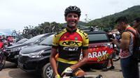 Lex Nederlof dari Nex CCN Cycling Team adalah pembalap tertua di Tour de Singkarak 2018. (Bola.com/Rizki Hidayat)