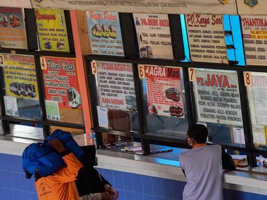 Suasana loket tiket di Terminal Bus Kampung Rambutan, Jakarta, Rabu (22/4/2020). Terminal Kampung Rambutan masih melayani penumpang menjelang pelarangan mudik Lebaran 2020 guna memutus mata rantai penyebaran COVID-19 yang mulai berlaku pada Jumat 24 April mendatang. (merdeka.com/Imam Buhori)