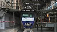 Bagian kepala kereta Mass Rapid Transit (MRT) melintas di Depo MRT Lebak Bulus, Jakarta, Kamis (12/4). 12 gerbong kereta MRT yang dikirim dari Jepang akhirnya mendarat seluruhnya di atas rel kereta depo Lebak Bulus. (Liputan6.com/Arya Manggala)