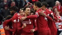 Selebrasi gol penentu kemenangan Liverpool pada laga lanjutan Premier League yang berlangsung di Stadion Anfield, Liverpool, Minggu (31/3). Liverpool menang 2-1 atas Tottenham Hotspur. (AFP/Paul Ellis)