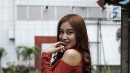 Gaya pedangdut Pamela Safitri Duo Srigala saat difoto di kawasan Jakarta, Jumat (2/3). Pamela mengaku melakukan perawatan khusus di bagian payudara. Tak hanya merawat, Pamela juga asuransikan dadanya. (Liputan6.com/Faizal Fanani)