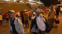 Puluhan penumpang KM Kelud dari Pulau Jawa dan Batam, tiba di Pelabuhan Belawan Medan, Sumut. (Antara)
