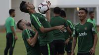Pemain Timnas Indonesia, Otavio Dutra, mengontrol bola saat latihan di Stadion Madya Senayan, Jakarta, Jumat (8/3). Latihan ini merupakan persiapan jelang laga persahabatan melawan Myanmar. (Bola.com/Vitalis Yogi Trisna)