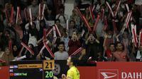 Suporter memberikan dukungan kepada tunggal putra Indonesia, Jonatan Christie, saat melawan tunggal China pada Indonesia Masters 2019 di Istora Senayan, Jakarta, Kamis (24/1). Jonatan lolos ke perempat final. (Bola.com/M. Iqbal Ichsan)