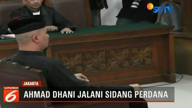 Musisi Ahmad Dhani didakwa dengan tuduhan melakukan ujaran kebencian terkait komentar-komentarnya di media sosial.