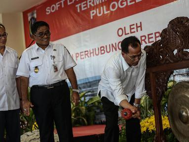Menhub Budi Karya bersiap memukul gong saat soft launching Terminal Bus Pulo Gebang Jakarta, Rabu (28/12). Terminal ini disebut-sebut sebagai yang terbesar se-Asia Tenggara, dan akan dijadikan basis utama bus- AKAP. (Liputan6.com/Faizal Fanani)