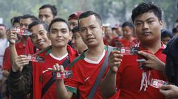 Suporter menunjukan tiket sebelum memasuki SUGBK, Senayan, Jakarta, Minggu (14/1/2018). Fasilitas baru tersebut untuk meningkatkan keamananan, kenyamanan serta kedisiplinan suporter. (Bola.com/M Iqbal Ichsan)