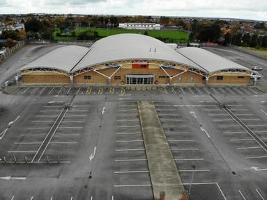 Foto dari udara menunjukkan sebuah gimnasium yang tutup di Dublin, Irlandia (22/10/2020). Mulai Kamis (22/10), Irlandia memberlakukan lagi karantina wilayah (lockdown) nasional akibat penyebaran kembali COVID-19 di negara tersebut. (Xinhua)